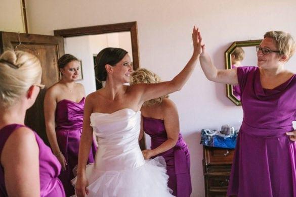 Braut mit Brautfreunden in der Toskana