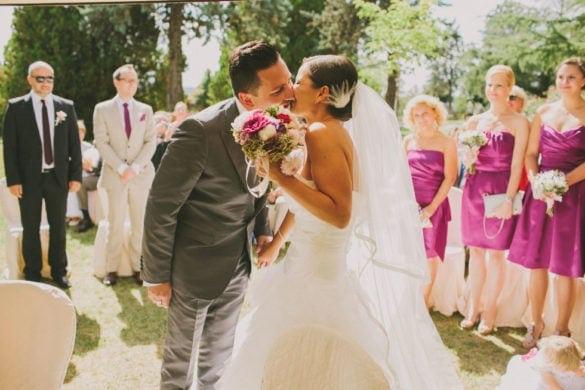 Bräutigam küsst Braut am Zeremonie-Altar