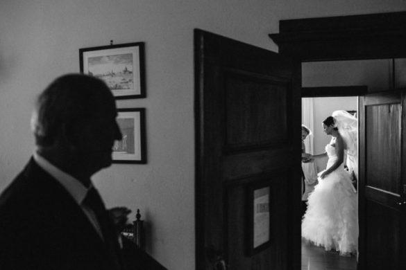 Vater der Braut holt seine Tochter ab