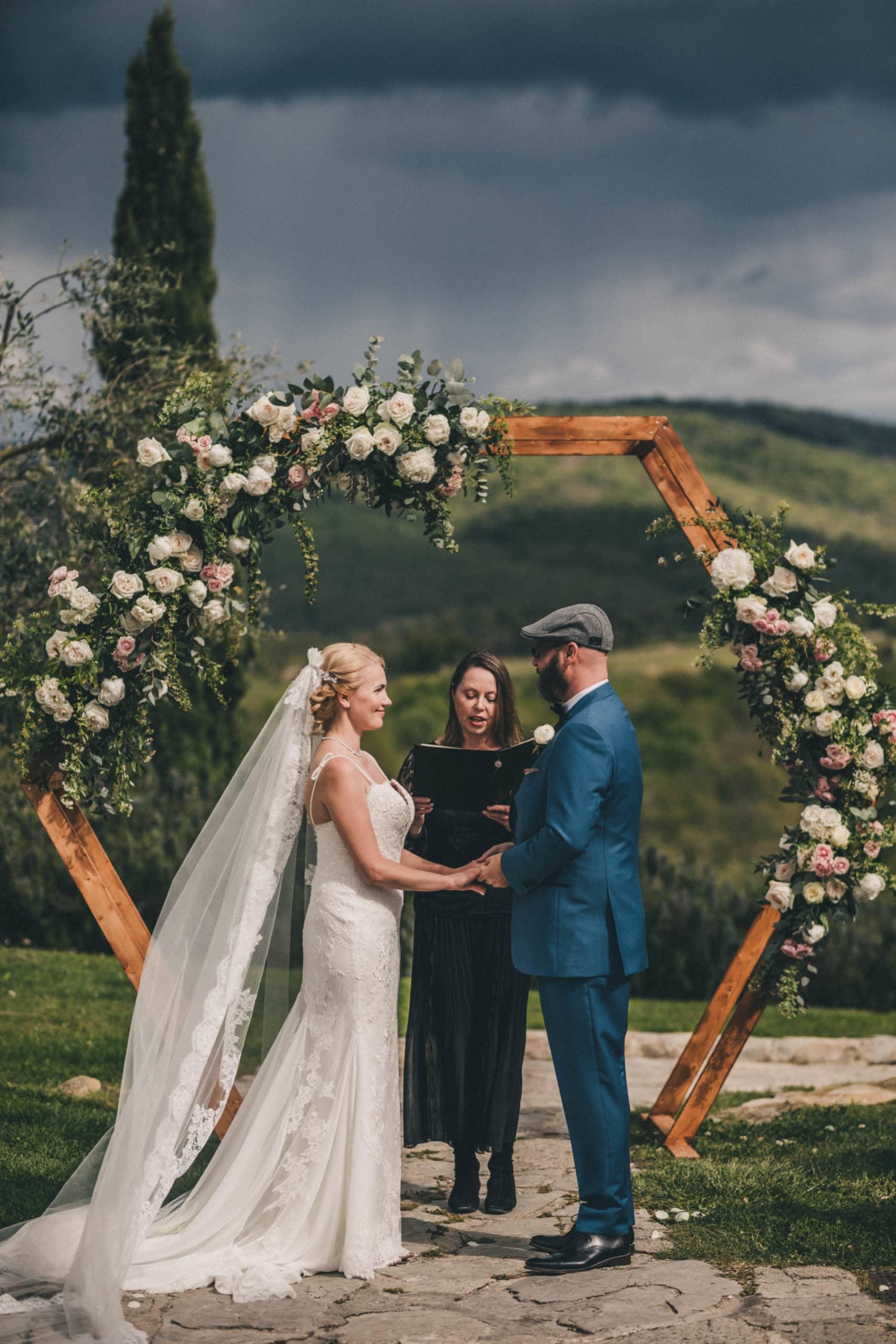 Symbolische trouwceremonie in Toscane bruidspaar met hexagon trouwboog.