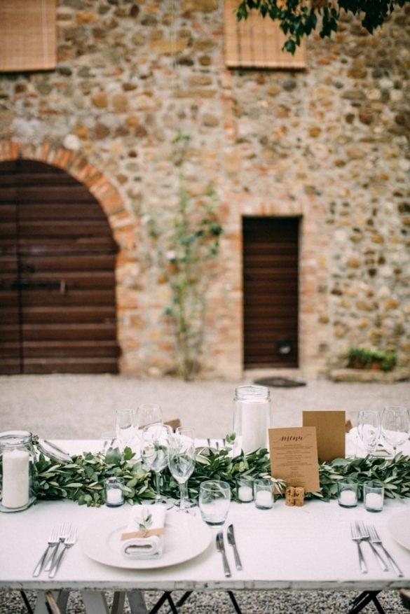 Table setting Tuscan borgo with eucalyptus garland