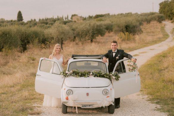 bruidspaar in vintage fiat 500 Toscaanse heuvels