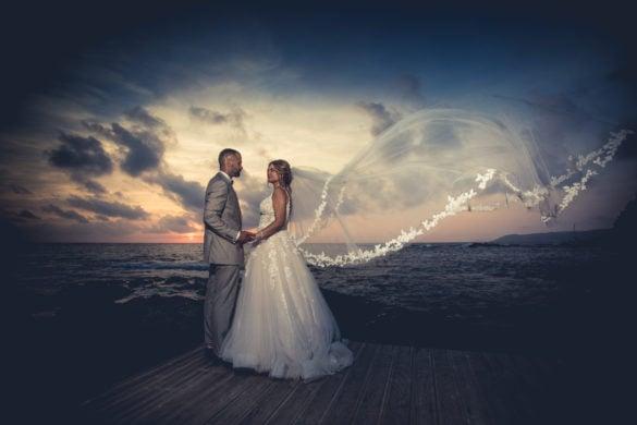 Bruidspaar op de rotsen aan de Toscaanse kust