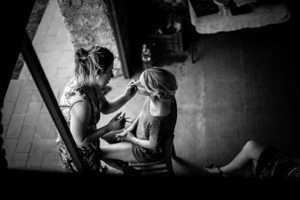 Vorbereitung der Braut mit Visagist vor der Heirat in der Toskana