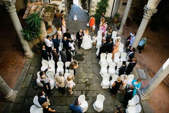 Symbolische Zeremonie im Freien auf einer mittelalterlichen Schloss in der Toskana