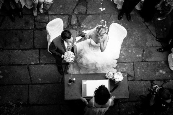 Symbolische Zeremonie im Innenhof einer mittelalterlichen Burg in der Toskana