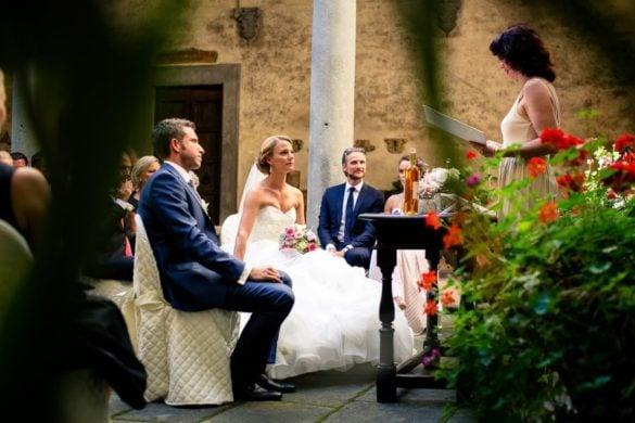 Hochzeitszeremonie im Hof einer mittelalterlichen Burg in der Toskana
