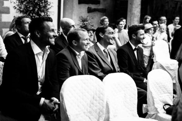 Strahlende Hochzeitsgäste während der Zeremonie im Innenhof eines florentinischen Schlosses