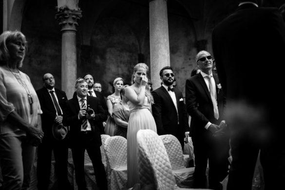 Emotionen der Hochzeitsgäste während der Zeremonie im Innenhof eines Kastells.
