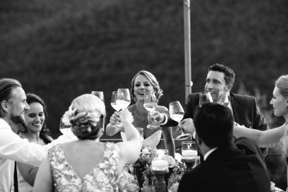 Hochzeits-Toast von Ehepartnern und Gästen beim Hochzeitsessen unter freiem Himmel in den Florentiner Hügeln
