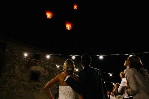 Brautpaar schaut sich Wunschballons an