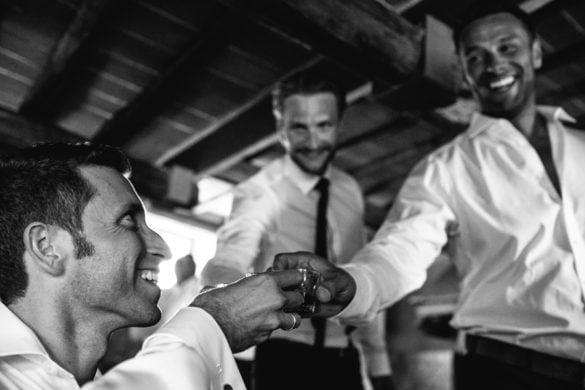Bräutigam trinkt mit seinen Freunden vor der Hochzeit in der Toskana