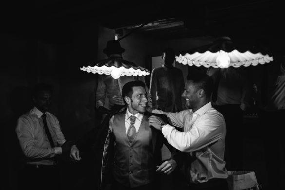 Der Bräutigam bereitet sich mit seinem Trauzeugen auf die Hochzeit in der Toskana vor