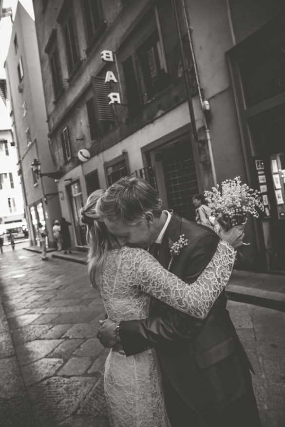 Black and white photo of spouses embracing eachother in Florence