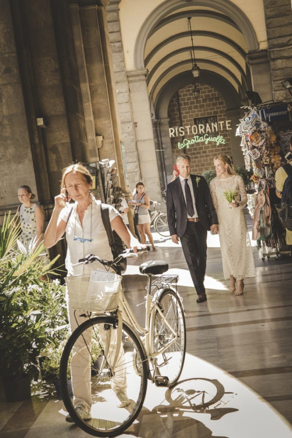 Elopement photo shoot under the arches of Via Pellicceria Firenze