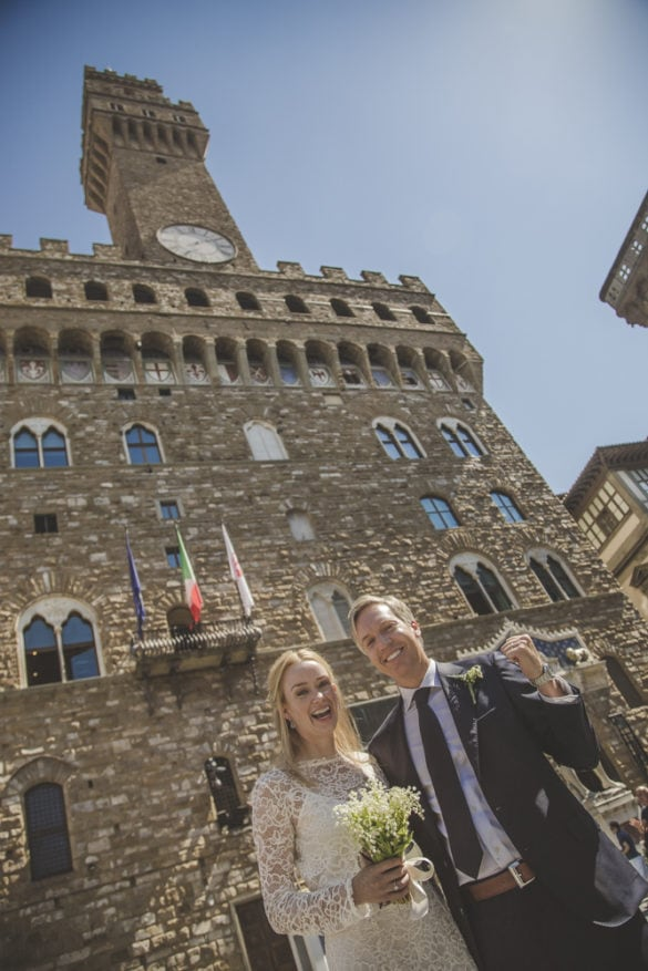 Newlyweds from USA in front of Palazzo Vecchio
