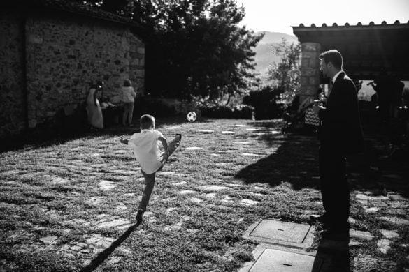 Kind beim Hochzeitsaperitif spielt Fussball
