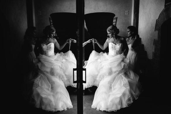 Braut mit atemberaubendem Brautkleid macht sich bereit.