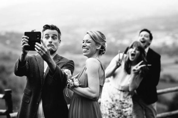 Hochzeitsgäste haben Spaß beim Selbermachen in der Hochzeitsvilla in der Toskana