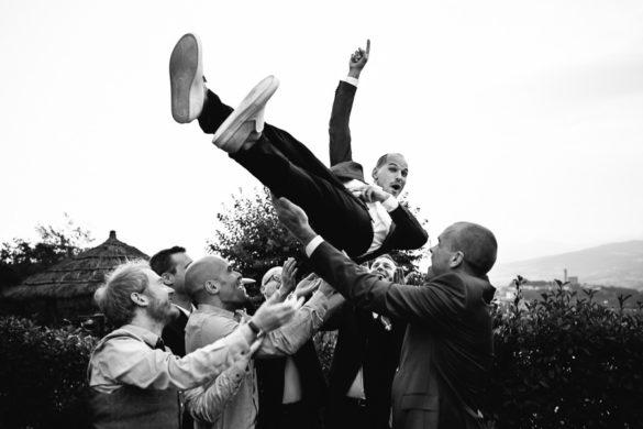 Bräutigam amüsiert sich mit seinen Freunden beim Hochzeitsaperitif in der Toskana