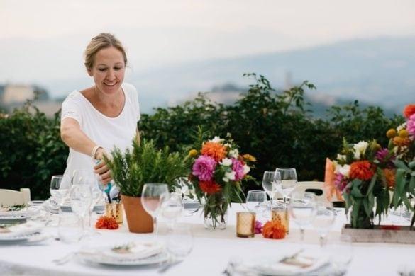 Hochzeitsplanerin in der Toskana bereitet die Hochzeitstafel vor
