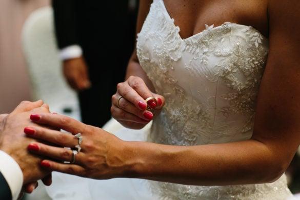 Ringtausch bei Freiluft-Hochzeitszeremonie in der Toskana