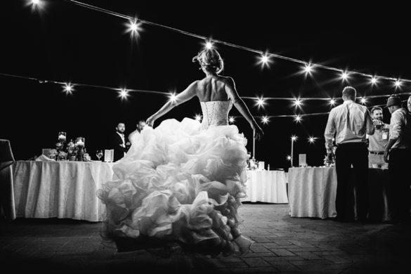 Atemberaubendes Porträt einer tanzenden Braut auf ihrer Hochzeit