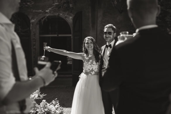 Braut und Bräutigam machen einen Toast.