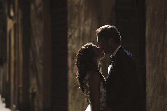 Ehepaar in den Straßen von Lucca, romantisches Bild