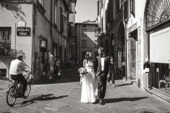 Hochzeitspaar in den Straßen von Lucca Schwarz-Weiß-Bild
