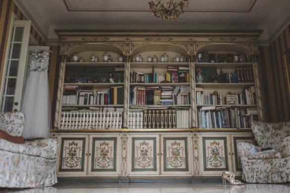 Detailbibliothek mit Brautkleid und Hochzeitsschuhen Hochzeitsvilla