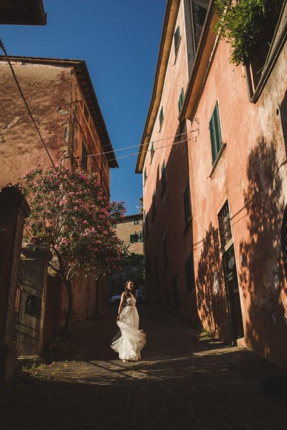 Braut auf der Straße vor der Hochzeitsvilla