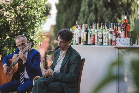 Musiker spielen beim Hochzeitsaperitif.