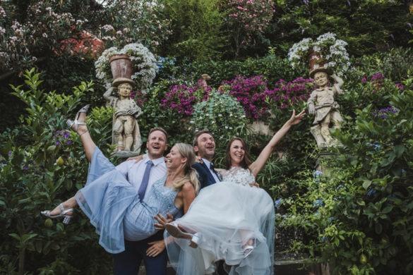 Braut und Bräutigam mit Freunden feiern im toskanischen Garten