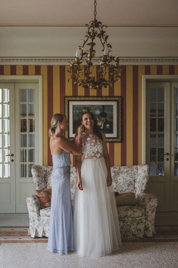 Detail Hochzeitsvilla mit Braut und Brautjungfer