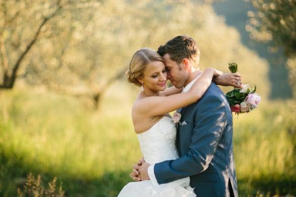 Hochzeitsporträt von Braut und Bräutigam in den Weinbergen eines Schlosses