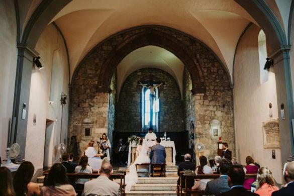 Brautpaar für den Altar zur Hochzeit in der Kirche Monteriggioni