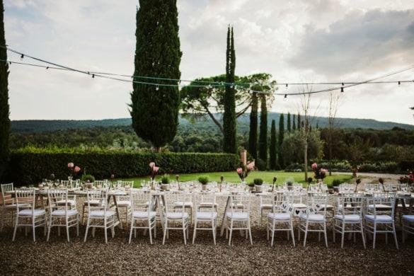 Toskanisches Hochzeitsmahl unter freiem Himmel, eleganter Esstisch Toskana mit Artischocke Herzblume