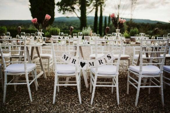 Toskanisches Hochzeitsmahl unter freiem Himmel, eleganter Esstisch mit Artischocke Herzblume