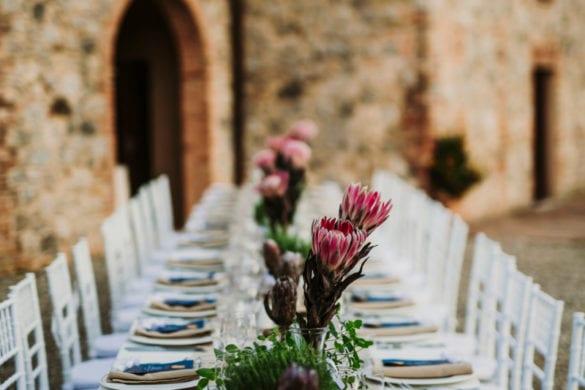 Toskanisches Hochzeitsmahl unter freiem Himmel in einem Innenhof eines Borgo.
