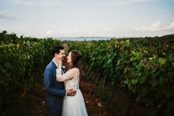 Fotoshooting Hochzeitspaar im Weinberg mit Monteriggioni im Hintergrund