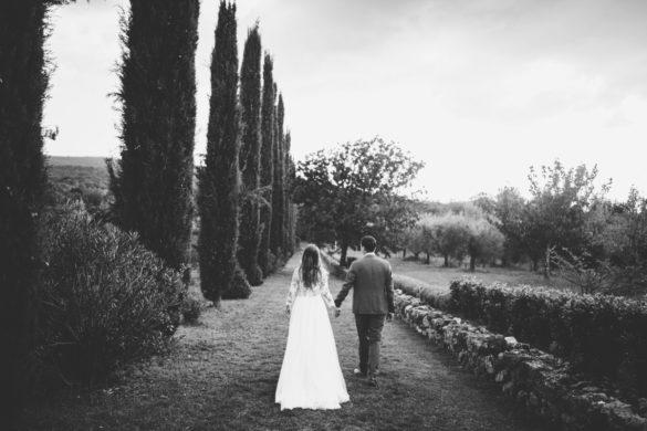 Hochzeitspaar mit Zypressenallee in der Toskana