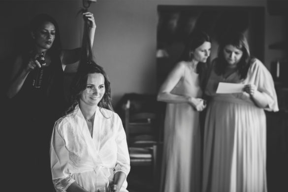 Präparationen Braut mit Friseurin und Brautjungfern