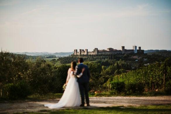 Fotoshooting Brautpaar im Weinberg mit Monteriggioni im Hintergrund